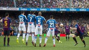 Messi, en la falta que provocó el 1-0 del Barça al Espanyol en el Camp Nou.