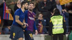 Messi felicita a Luis Suárez después de que marcara el 1-0 ante el Atlético.
