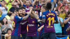 Messi, felicitado tras empatar el partrido ante el Huesca.