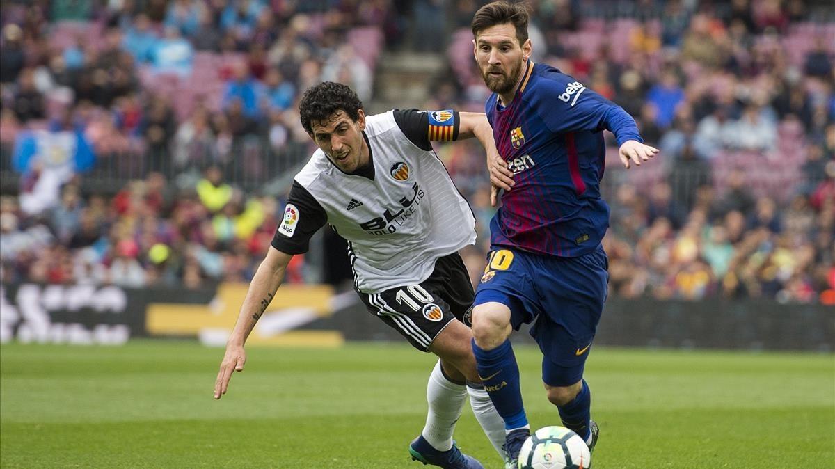Messi y Parejo, en el Barça-Valencia de este sábado.