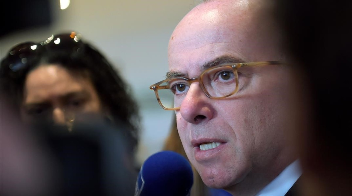 El ministro de Interior francés, Bernard Cazeneueve, habla a los medios durante un congreso sobre protección civil, en Chatearoux (centro de Francia), el día 10.