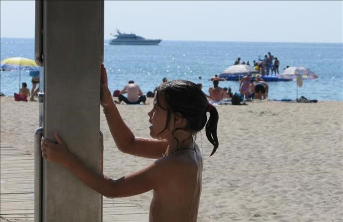 Ambiente de playa en Palmanova, en Calvià.