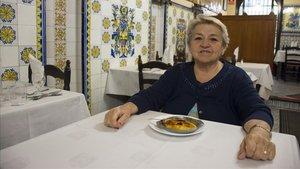 Montserrat Agut posa en una mesa de Can Culleretes con una crema catalana.