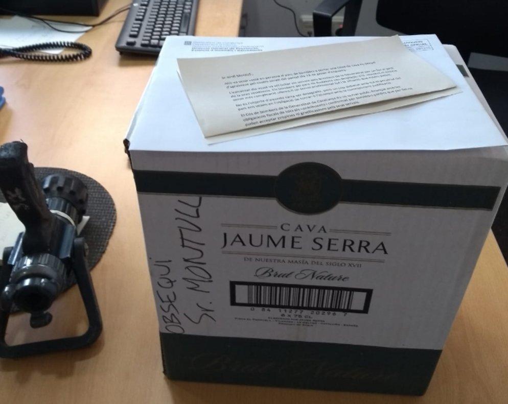Jordi Montull regala una caixa de cava als Bombers, que l'hi tornen per corrupte