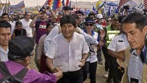 Morales (centro) saludo a los asistentes a la ceremonia de conmemoración, en Vallegrande, el 9 de octubre.