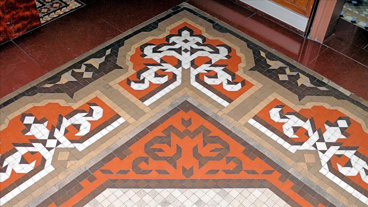 Mosaico de gres cerámico en Fabra i Puig, 13.