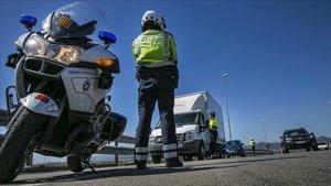 Mossos d'Esquadra en un coche camuflado para detectar infracciones de tráfico