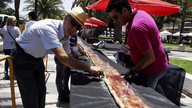 Motril (Granada) elabora la tostada con jamón más larga de España.