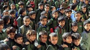 Estudiantes de un colegio público de Saná ayer domingo en el inicio del año escolar en Yemen.