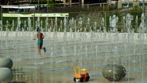 Nueva zona de juegos de agua en el parque de las Casernes de Sant Andreu.