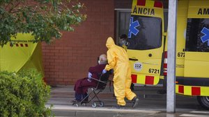 Un paciente es trasladado a las urgencias del Hospital de Igualada.