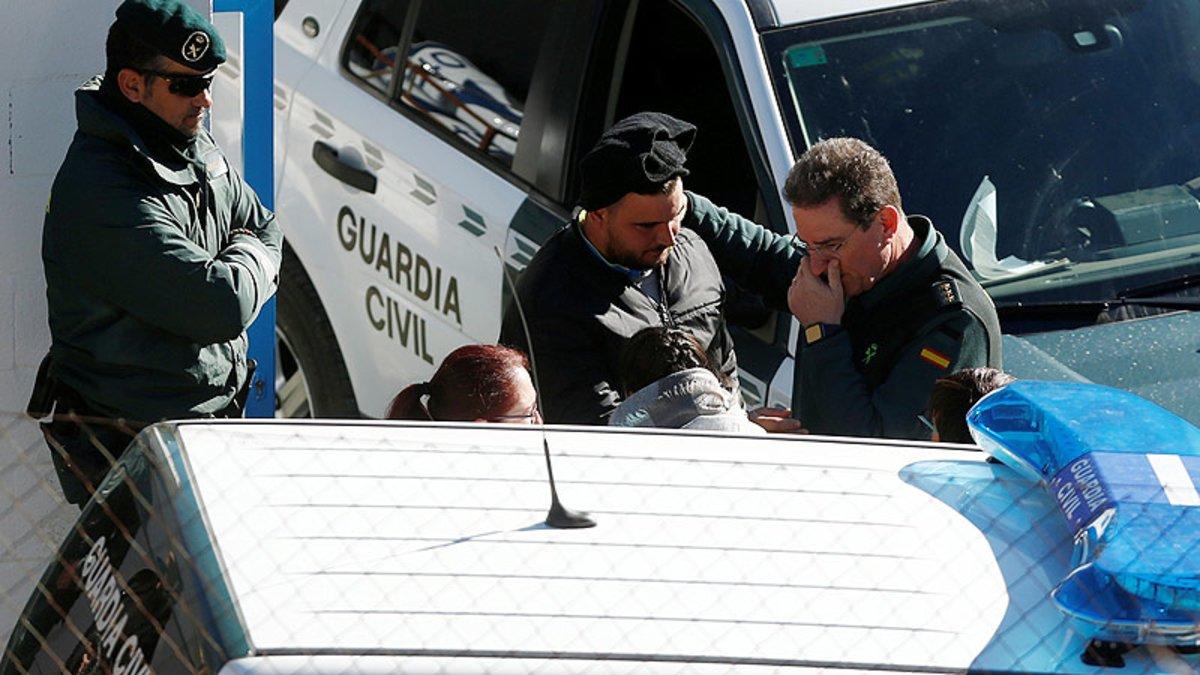 Los padres de Julen, José Roselló y Victoria García (centro), confortados por agentes de la Guardia Civil en Totalán (Málaga).
