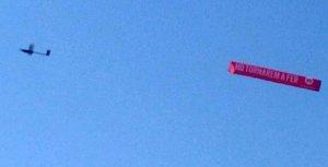 El dron que sobrevuela el litoral catalán, con el mensaje.