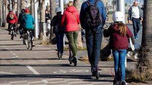 Una familia circula con patinetes eléctricos.