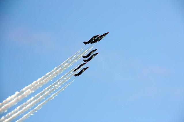 La Patrulla Àguila realitza algunes acrobàcies durant la demostració aèria de la Festa al Cel, aquest diumenge.