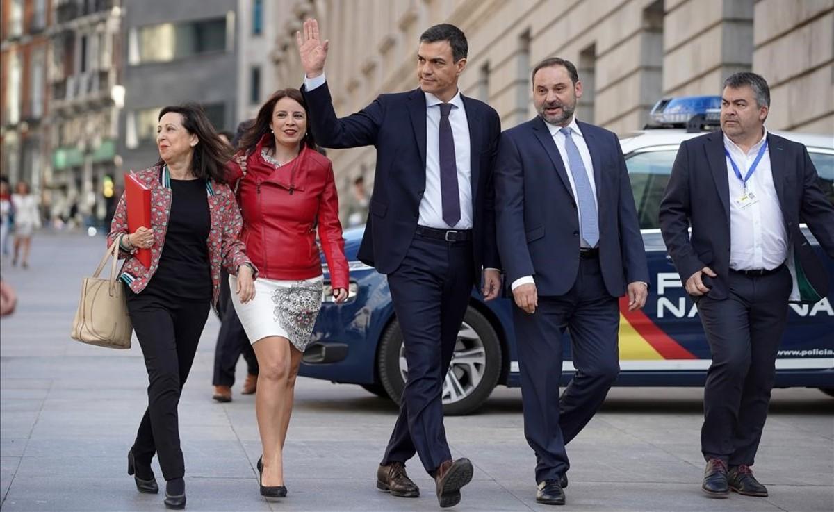 Pedro Sánchez llega al Congreso junto a sus principales colaboradores, este viernes.