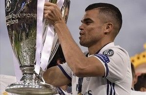 Pepe levanta la Champions tras la final de Cardiff.