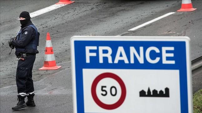 Policía armado en la frontera entre Francia y Bélgica después de que se reforzaran las medidas de seguridad tras los atentados de París.