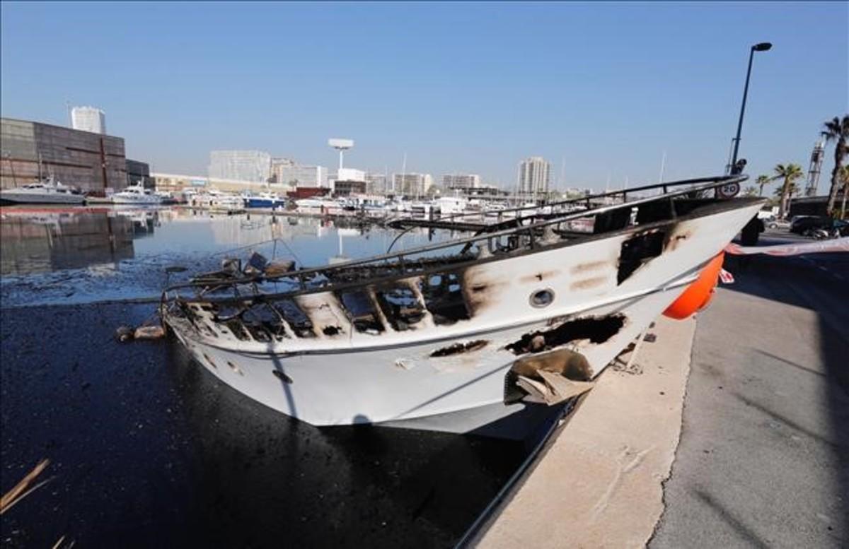 Una de las naves que fue afectada por las llamas pero no se hundió.