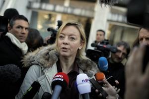 La portaveu de Michael Schumacher, Sabine Khem, atén els periodistes, davantl'hospital, aquest dimecres.