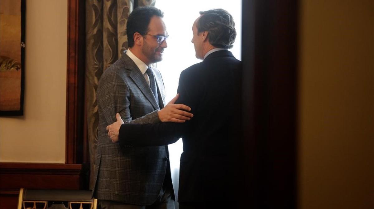 El portavoz del PSOE, Antonio Hernando, y su homólogo en el PP, Rafael Hernando, conversan en el Congreso.