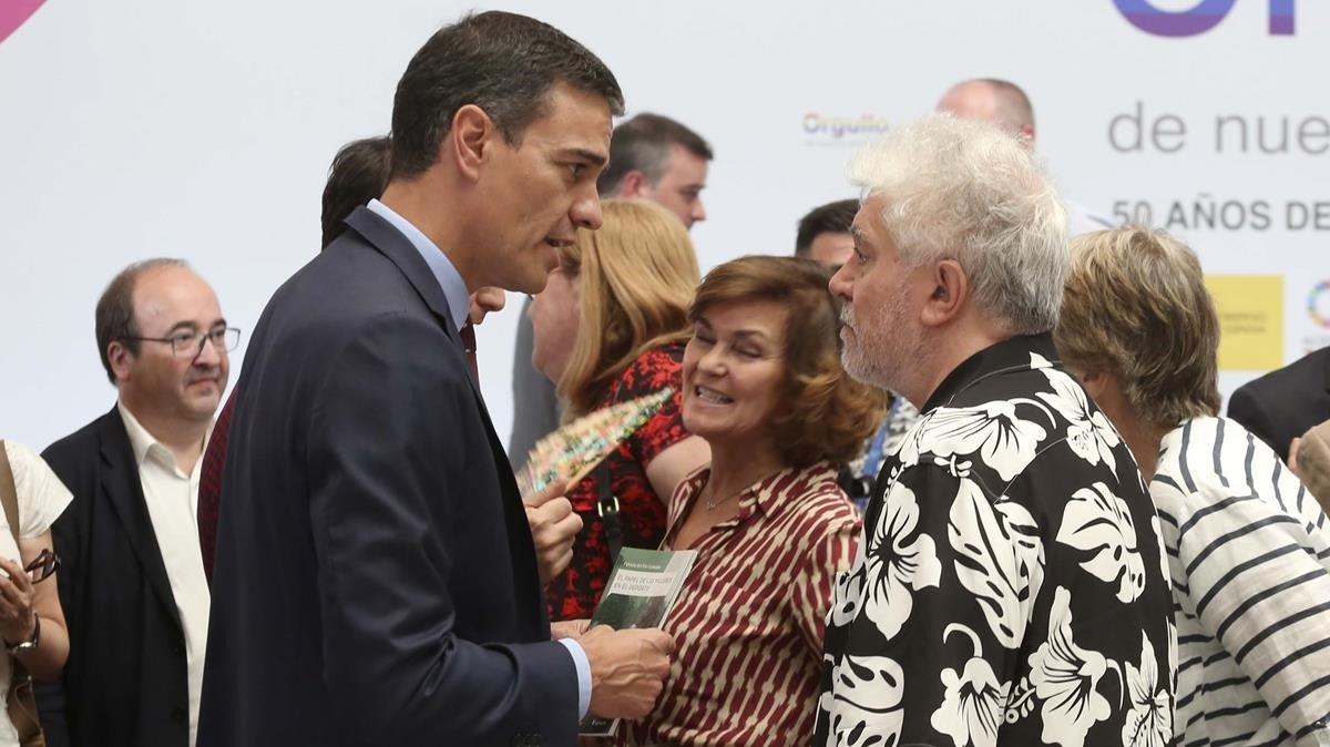 El presidente del Gobierno en funcionesPedro Sánchez conversa con el cineasta Pedro Almodóvar.