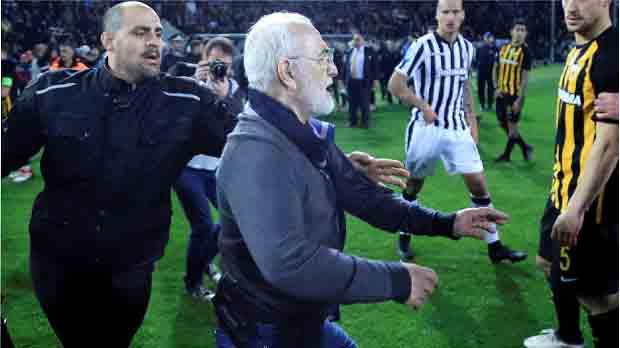 El presidente del PAOK, Ivan Savvidis, entró al césped para perseguir al colegiado, quien rápidamente salió hacia los vestuarios junto a sus compañeros.