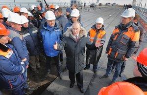 El presidente ruso, Vladimir Putin (centro)conversa con varios obreros durante la visita a las obras de construcción del puente de Crimea sobre el estrecho de Kerch, el pasado marzo.