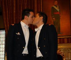 Alberto Sánchez y Alberto Molinerose convirtieron en el primermatrimonio gay en España tras casarse en elAyuntamiento de Sevillael 15 de septiembre del 2006.