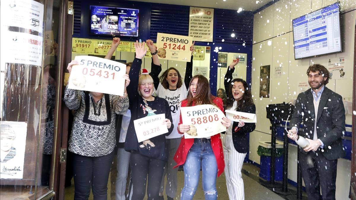 Propietarios de la Administración La Manolita en la calle del Carmen en Madrid celebran el segundo premiovendido en su administración con el nómero 51244y cuatro quintos premios que han recaído en los números 05431, el 58808el 03278 y el 00580.