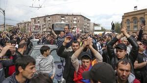 Protestas en Ereván, capital de Armenia, el domingo 22 de abril por el nombramiento del antiguo presidente Serge Sergsyáncomo nuevo primer ministro.