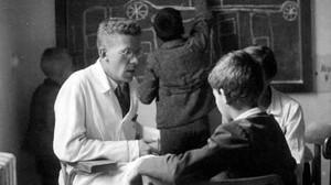 El psiquiatra austriaco Hans Asperger, en consulta con un niño.
