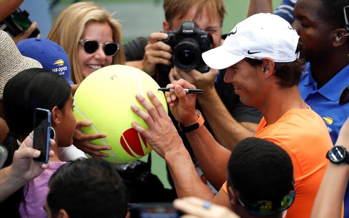 Rafa Nadal firma autógrafos a uno niños esta semana en Nueva York