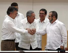 Raúl Castro sosté les mans estretes del president de Colòmbia, Juan Manuel Santos, i del líder de les FARC, Rodrigo Londoño, àlies 'Timochenko', aquest dimecres a l'Havana.