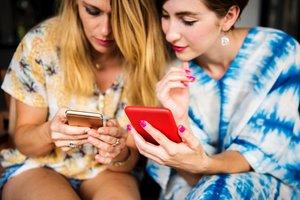 El 58% de los millennials españoles siguen a alguna marca por redes sociales, frente al 34% de los mayores de 35 años, según Cetelem. //Unsplash