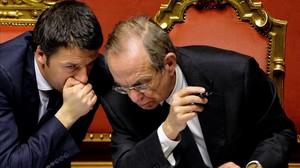 Renzi (izquierda) habla con el ministro de Economía, Pier Carlo Padoan, durante un debate parlamentario en el Senado, el 24 de febrero del 2014, en Roma.