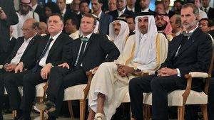 El rey Felipe y Emmanuel Macron, junto al emir de Qatar y el primer ministro del gobierno sostenido por la ONU en Libia, este sábado, en el funeral de Estado en Túnez.