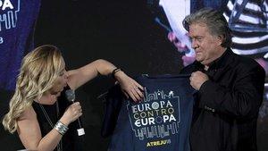 Steve Bannon junto a Giorgia Meloni, la presidenta del partido de extrema derecha Hermanos de Italia.