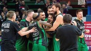 Los jugadores del Joventut celebran el sufrido triunfo ante el Burgos.