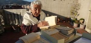 MercèRomeva recibe en 2012 loslibros expropiados en 1939 a su padre, el político y pedagogo Pau Romeva.