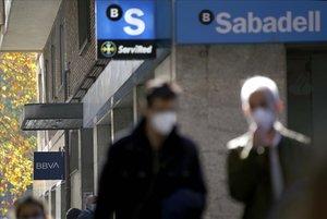Sucursales delBBVA y Sabadell en Madrid.