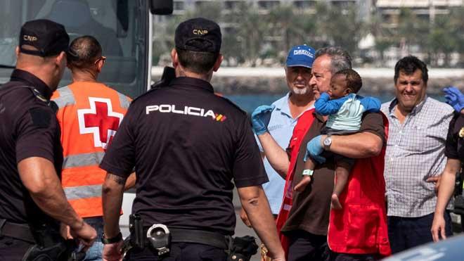 Salvamento Marítimo rescata a 37 inmigrantes en dos pateras cerca de Gran Canaria.