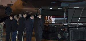 El secretario de Estado, Mike Pompeo, junto con otros dirigentes, recibe en EEUU el pasado sábado el cuerpo de un soldado muerto en Kabulen un atentado talibán.