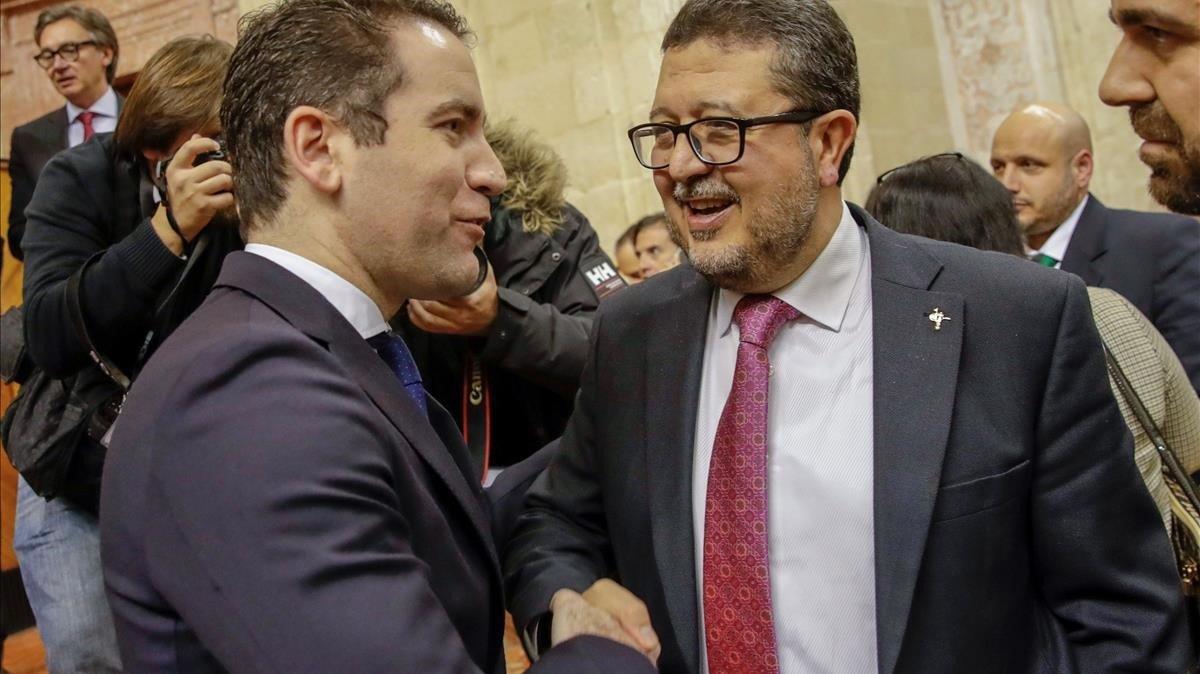 El secretario de organización del PP, Teodoro García Egea, estrecha la mano del líder de Vox en Andalucía, Francisco Serrano, este jueves, en el Parlamento.