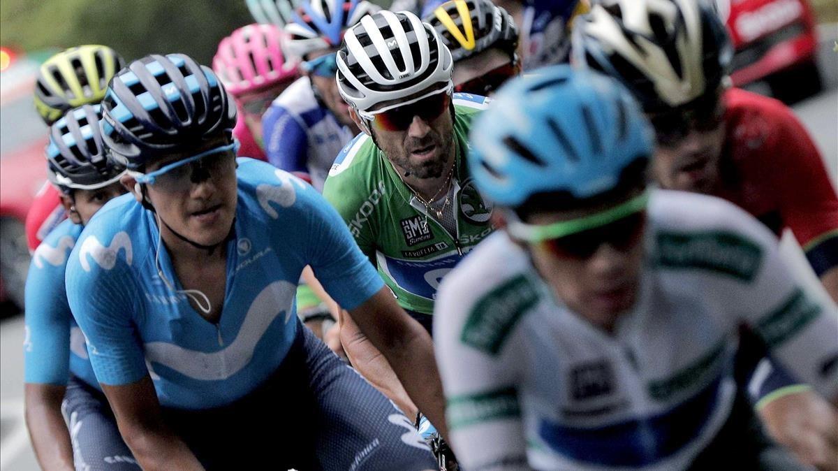 Los favoritos de la Vuelta, con Alejandro Valverde, de verde y en el centro, durante la ascensión a los Lagos de Covadonga.