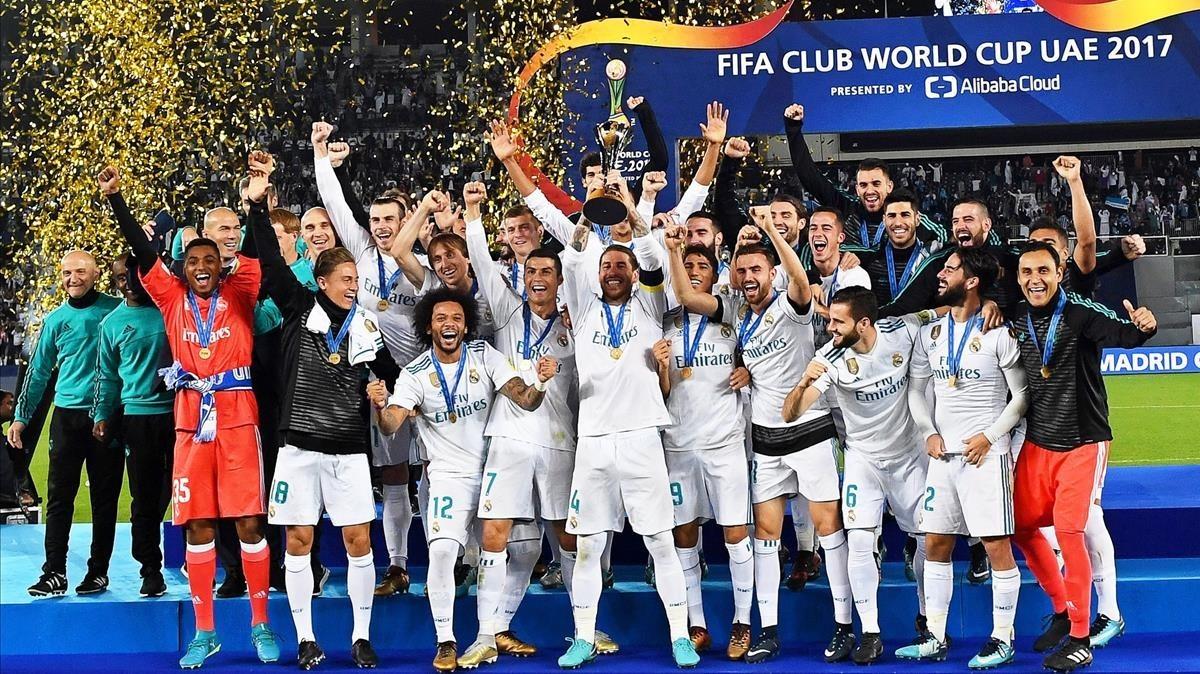 Sergio Ramos levanta la copa rodeado de sus compañeros.