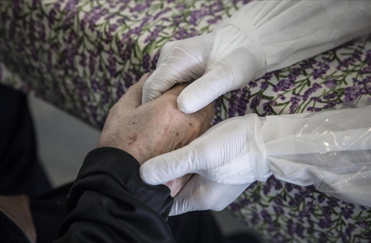 17 de abril del 2020. Voluntarios de la oenegé Open Arms humanizan y colaboran en el traslado a un centro sanitario de residentes de un geriátrico que han dado positivo por coronavirus. Sorprende ver al personal de la residencia con equipos de protección insuficientes y a estos voluntarios bien equipados con EPI