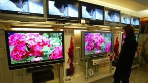 Varios televisores expuestos en una tienda.