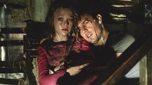 Tom Cruise y la pequeña Dakota Fanning, en una escena de la película La guerra de los mundos.