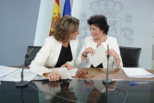 Las ministras Teresa Ribera e Isabel Celaá, este viernes tras el Consejo de Ministros.